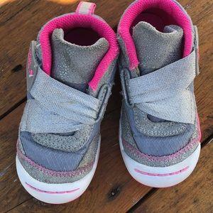 Like new little girls 7.5 Sketcher sneakers